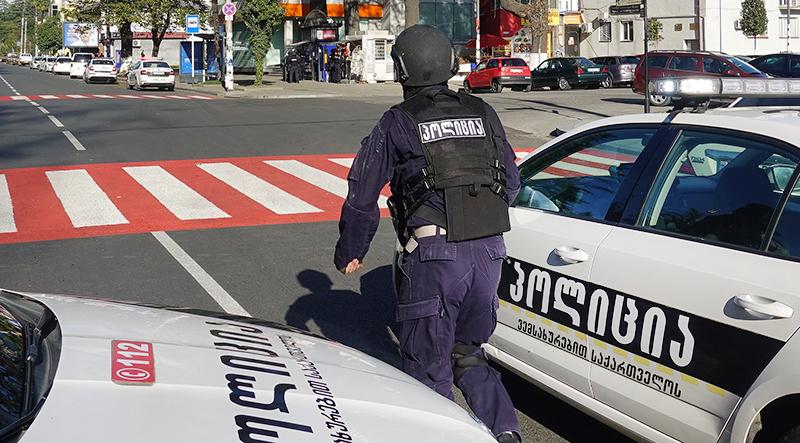 Сотрудник полиции Грузии возле отделения, где произошел захват заложников