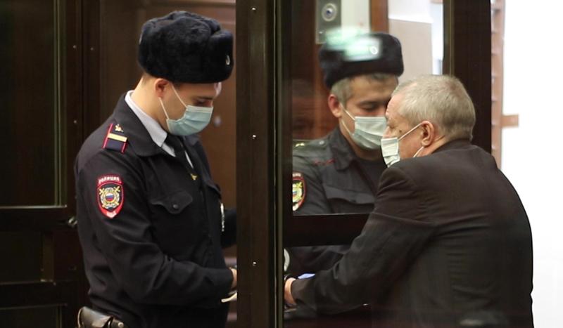 Актер Михаил Ефремов (справа) в зале заседаний Московского городского суда