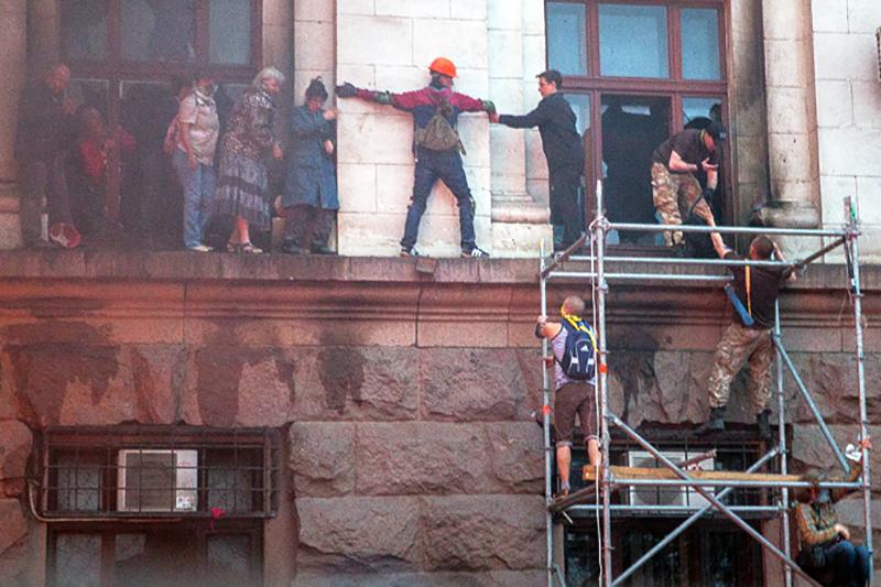 Эвакуация людей из горящего здания областного совета профсоюзов