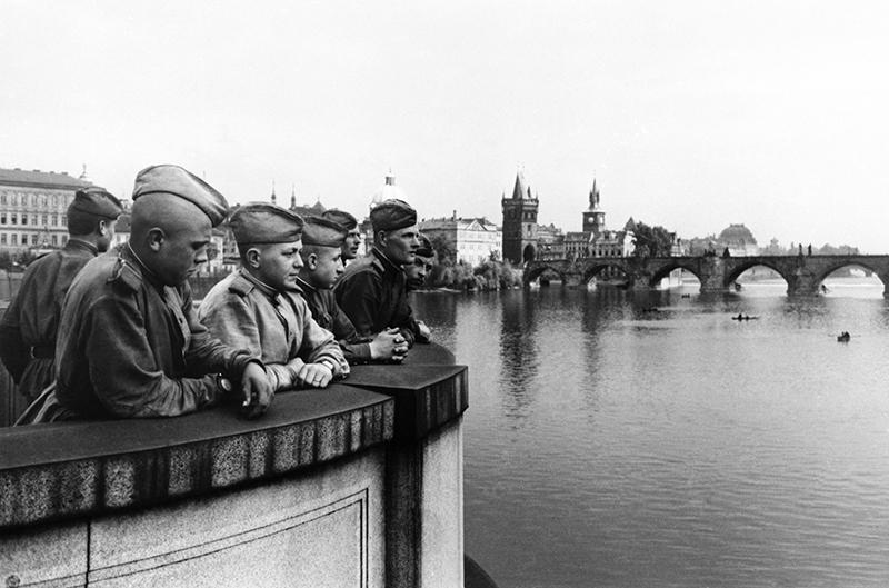 Советские воины в освобожденной Праге, 1945 год