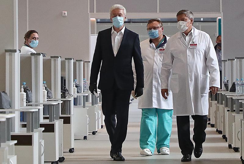 Мэр МосквСергей Собянин во время посещения временного госпиталя для больных коронавирусом