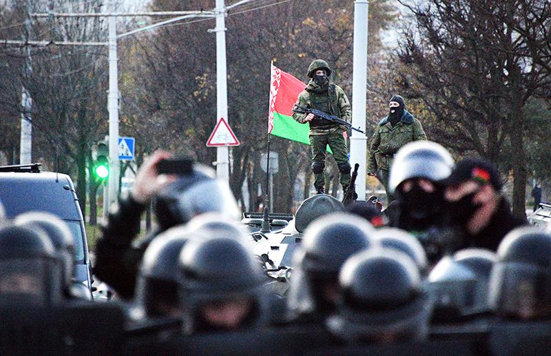 Сотрудники милиции во время акции протеста оппозиции в Минске