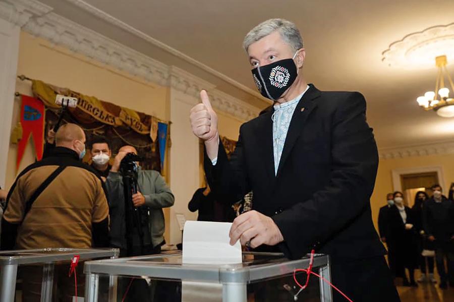 Пётр Порошенко голосует на выборах