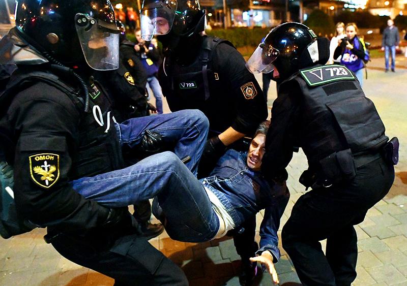 Сотрудники ОМОНа задерживают участника акции протеста оппозиции в Минске