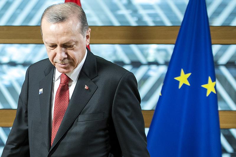 Реджеп Тайип Эрдоган на фоне флага Евросоюза