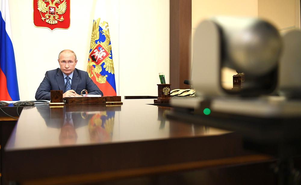 Владимир Путин общается по видеосвязи