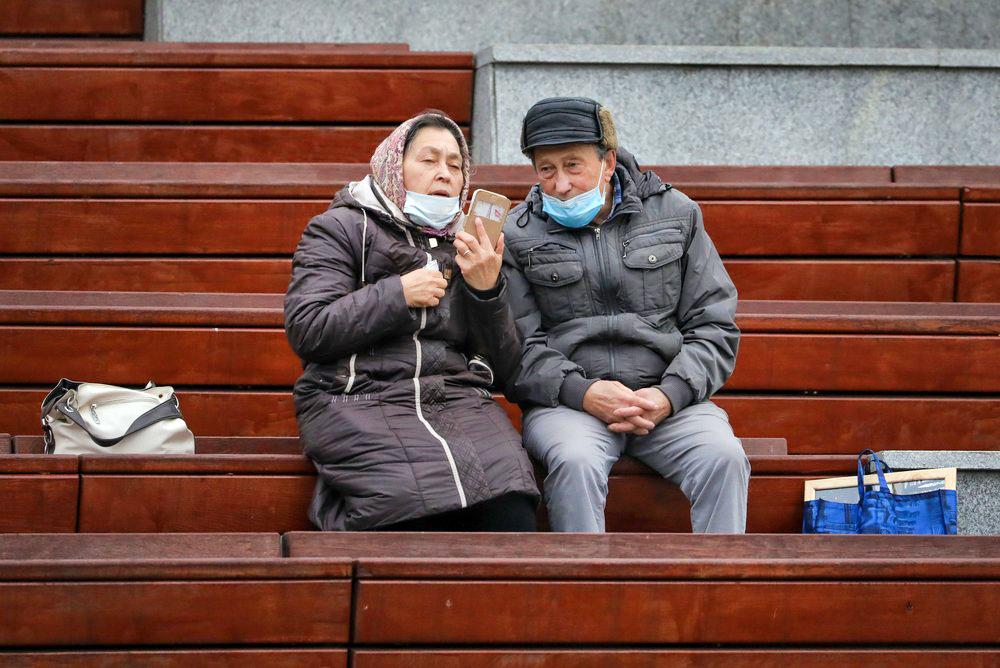 Пенсионеры в медицинских масках