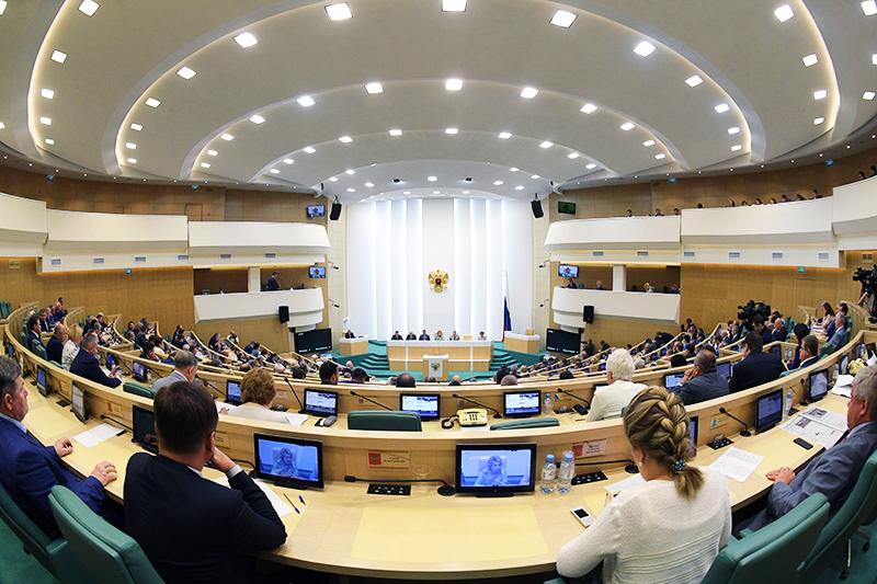Сенаторы на заседании Совета Федерации