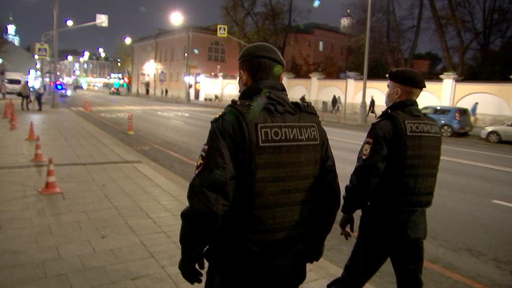 Сотрудники полиции у здания главного управления МВД РФ по городу Москве