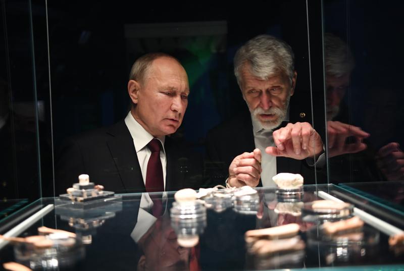 Владимир Путин во время экскурсии по новому Музею археологии Чудова монастыря