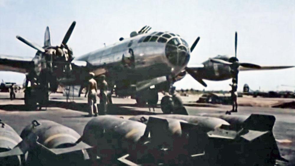 Загрузка бомб в самолет