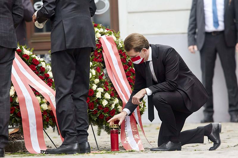 Канцлер Австрии Себастьян Курц на церемонии возложения венков на месте теракта в Вене