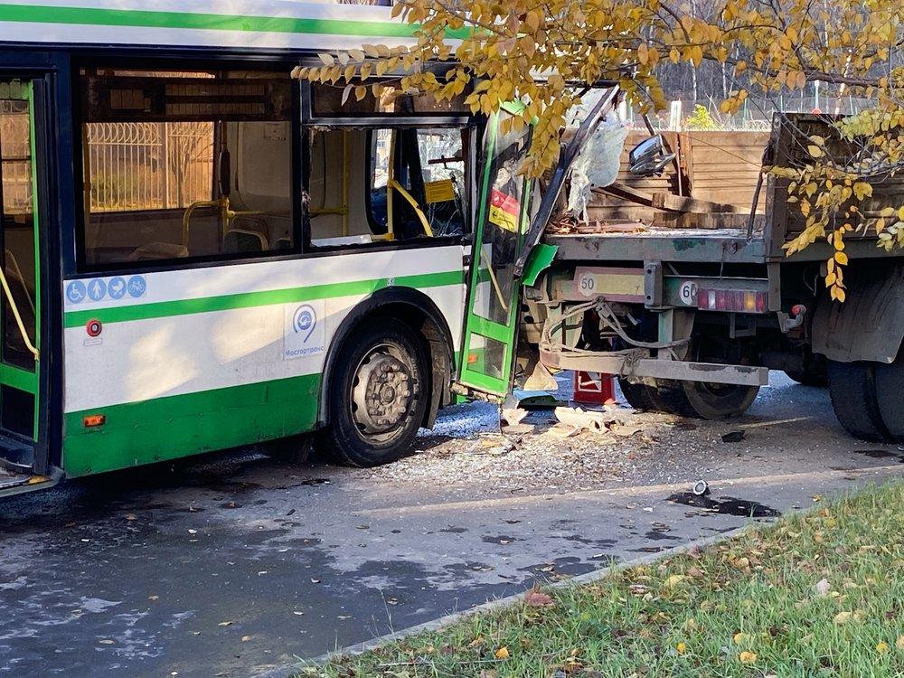 Последствия ДТП с участием рейсового автобуса и грузовика