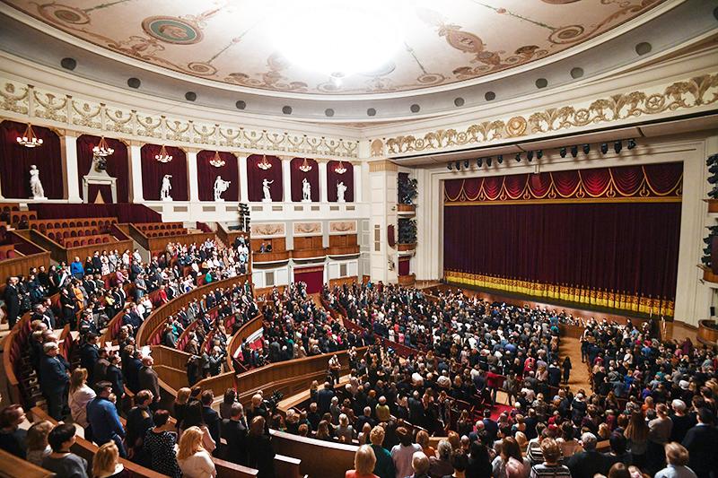 Зрители в большом зале