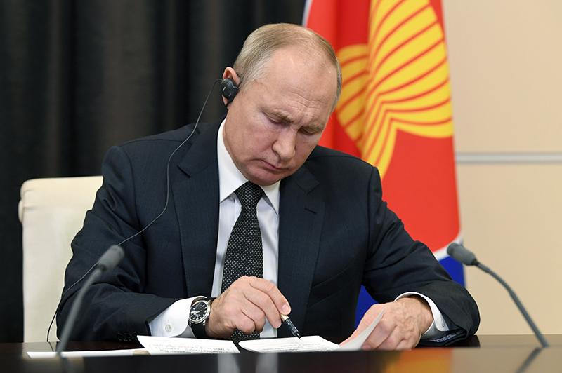 Владимир Путин принимает участие в 15-м Восточноазиатском саммите в режиме видеоконференции