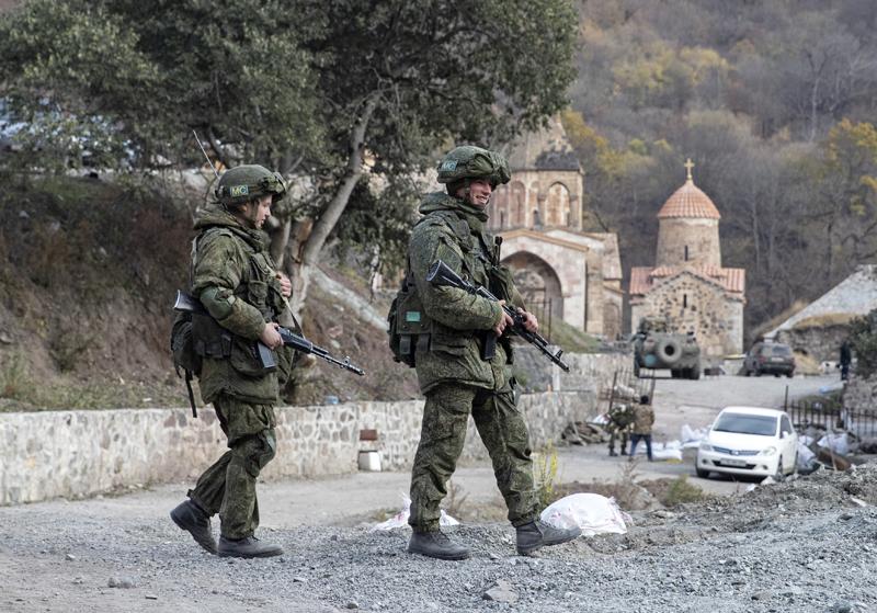 Нагорный Карабах. Российские миротворцы у армянского монастыря Дадиванка