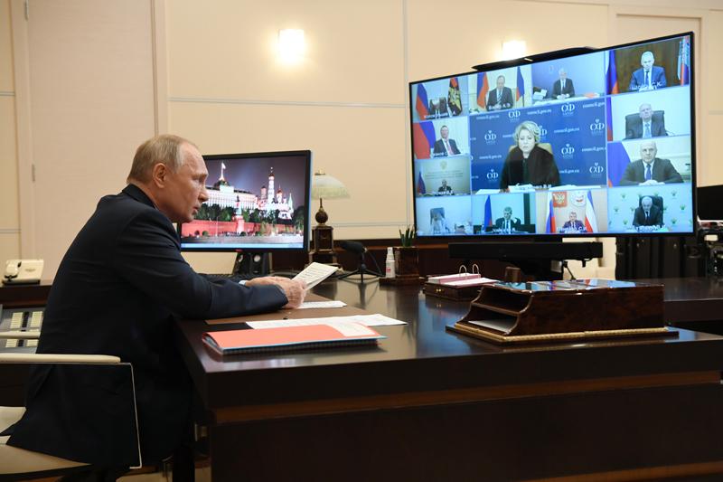Владимир Путин проводит оперативное совещание с постоянными членами Совета безопасности