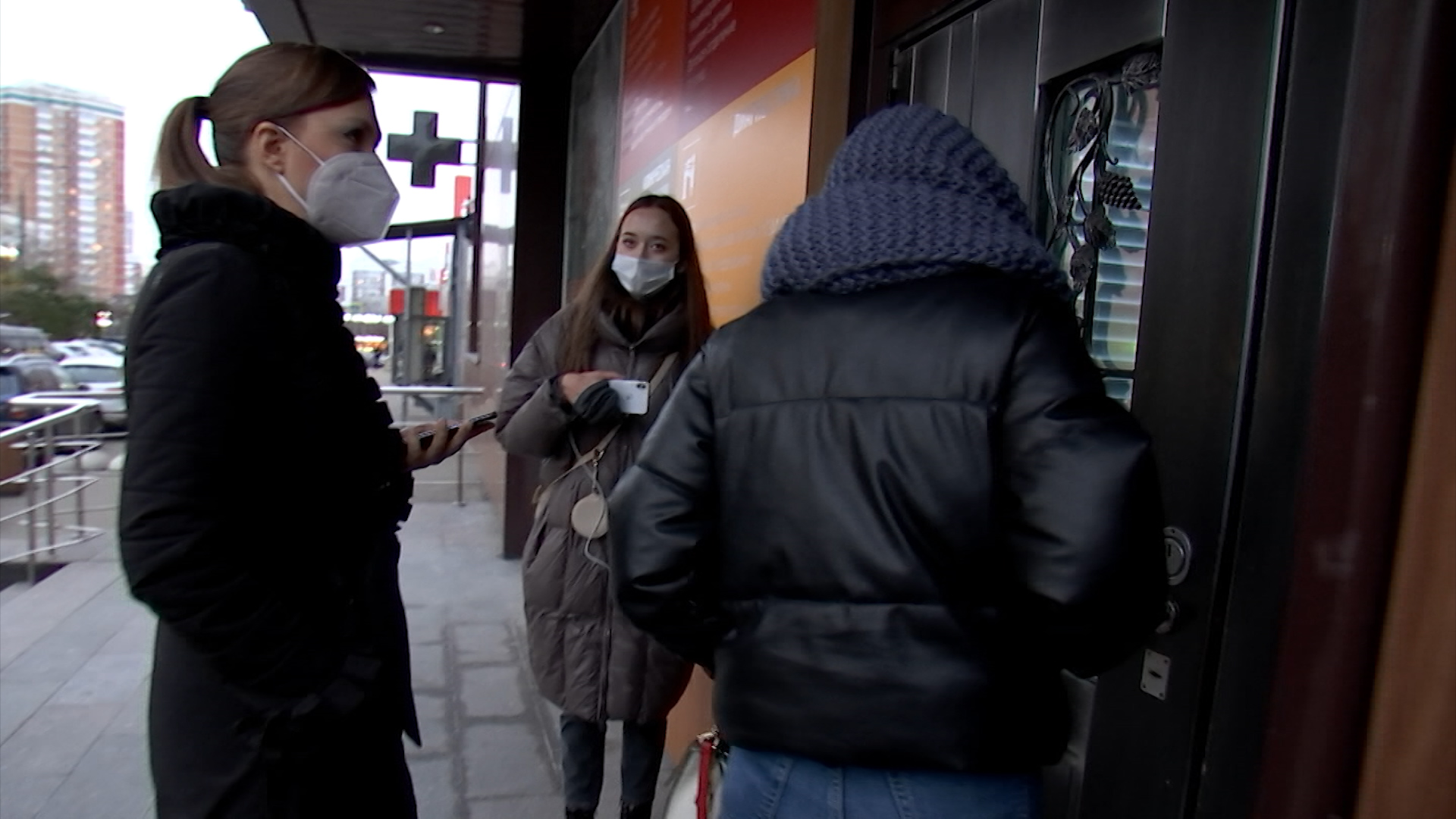 Люди у входа в частную клинику