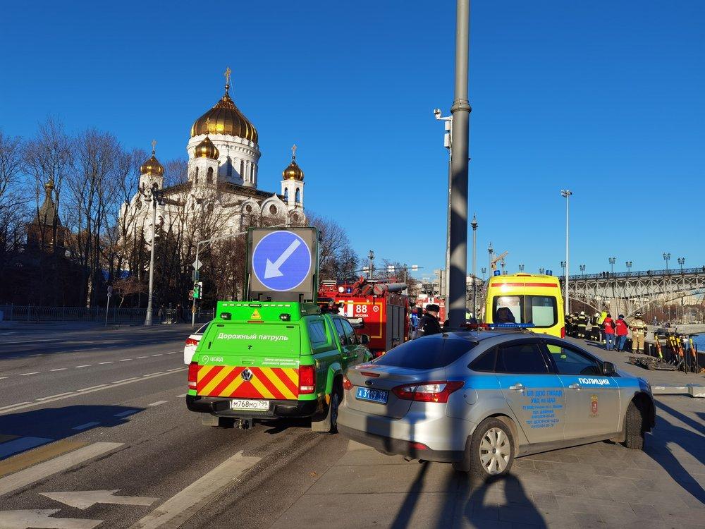 Работа экстренных служб на месте падения автомобиля в Москву-реку на Пречистенской набережной