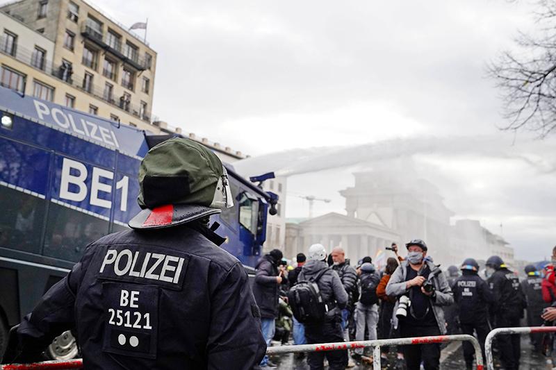 Полиция разгоняет демонстрантов в Берлине