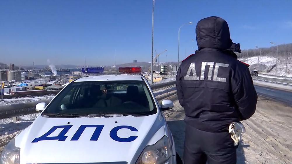 Инспекторы ДПС на трассе в Приморье