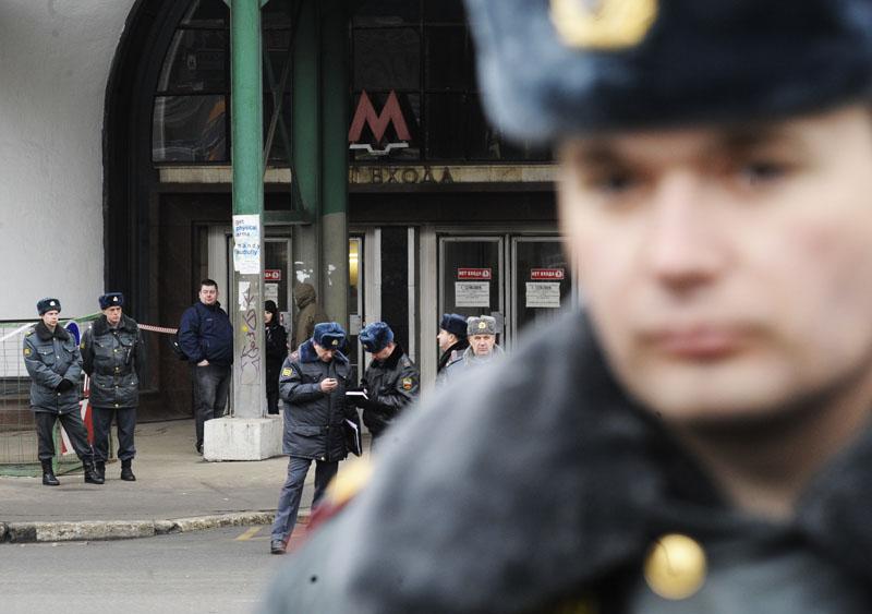 "Сотрудники милиции у входа на станцию метро ""Лубянка"", где произошел взрыв"