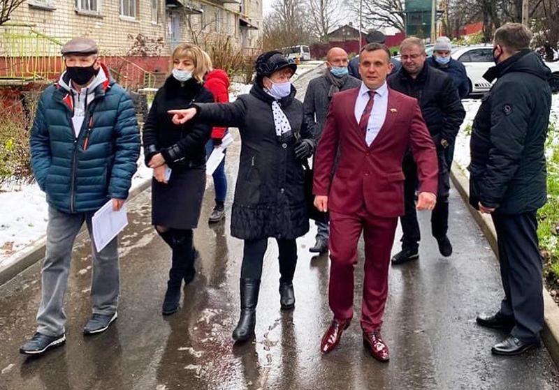 Депутат Смоленского городского Совета Максим Баранов (в центре)