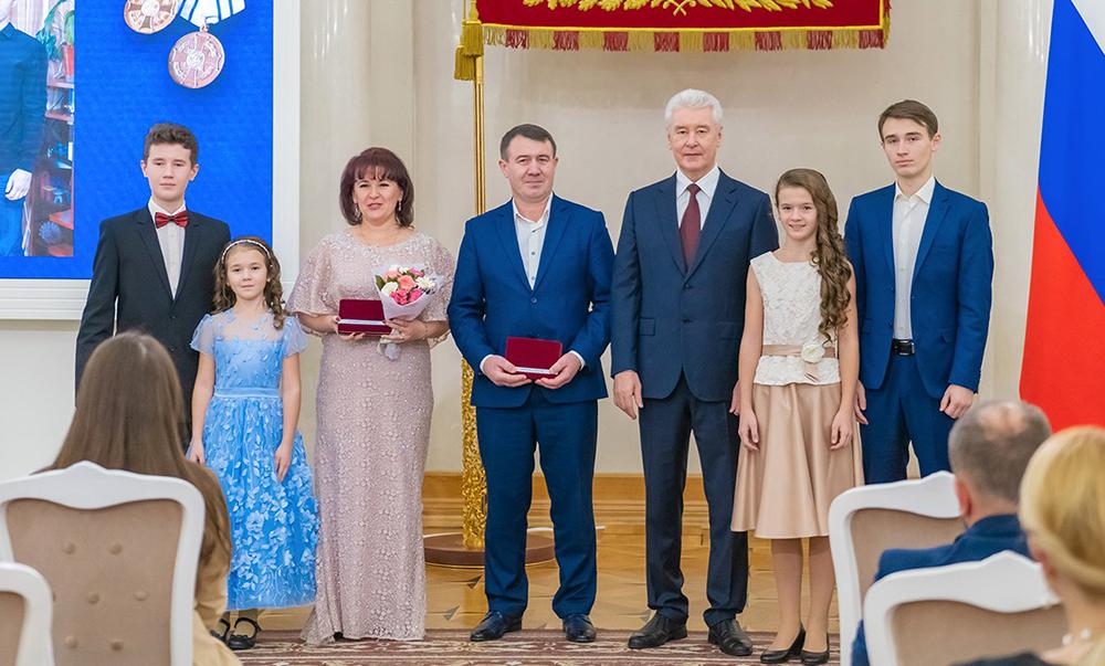 Сергей Собянин вручает награды многодетным семьям