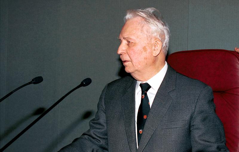 Старейший депутат Госдумы третьего созыва Егор Лигачев