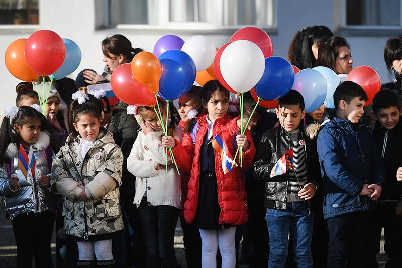 Дети на открытии школы в Степанакерте