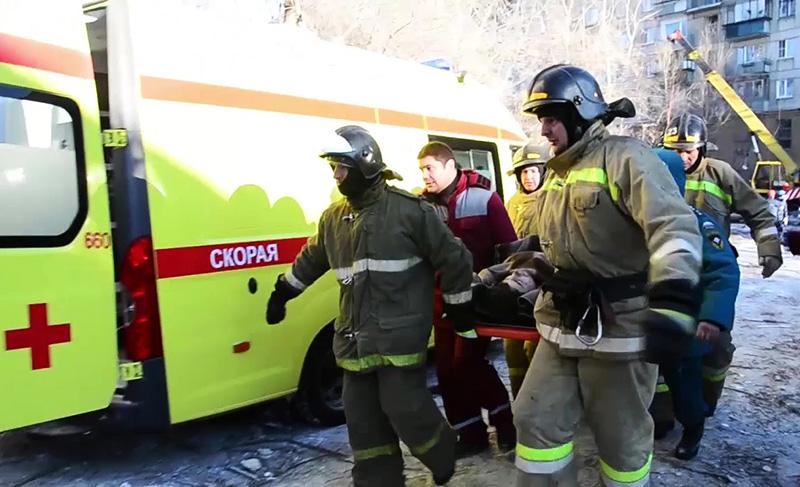 Сотрудники МЧС России во время спасательной операции