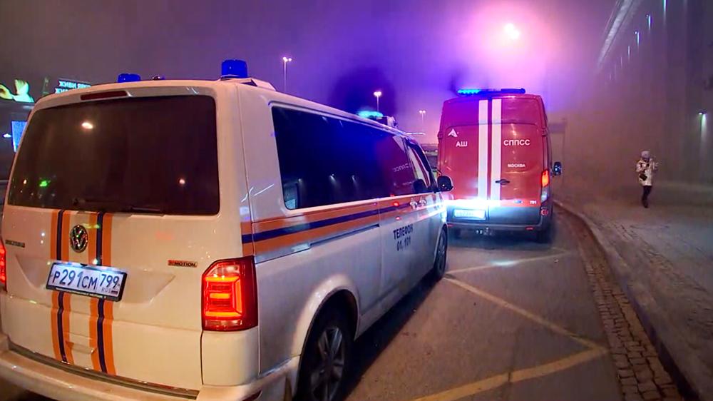 Пожарные машины на месте возгорания в Москве
