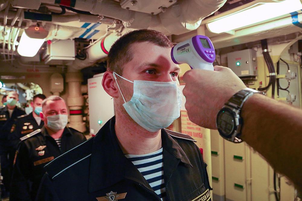 Измерение температуры у моряков ВМФ России