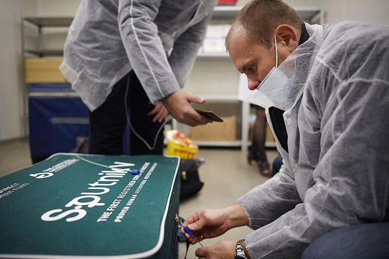 Сотрудники упаковывают вакцину Sputnik V от COVID-19 для отправки за границу