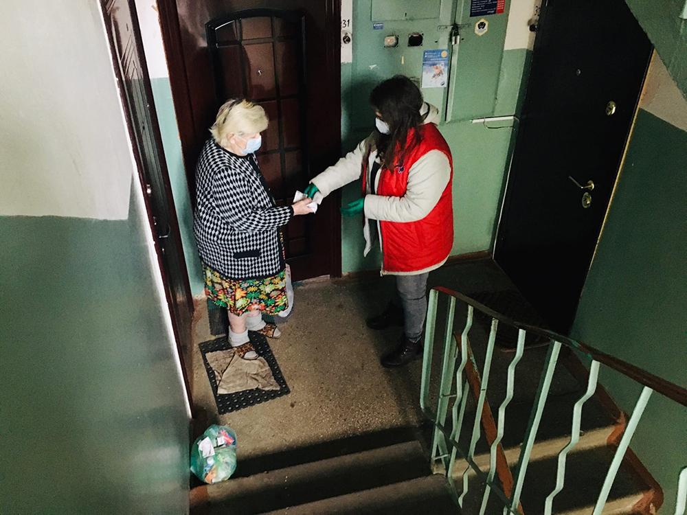 Волонтеры помогаю жителям