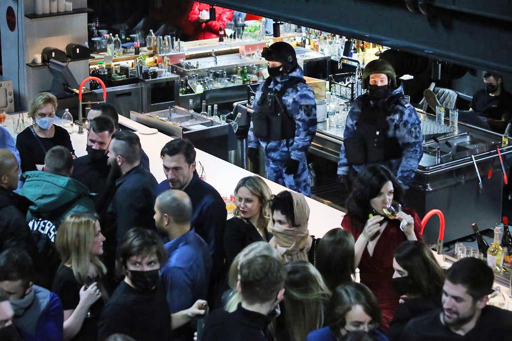 Сотрудники полиции проходят рейды по клубам и ресторанам