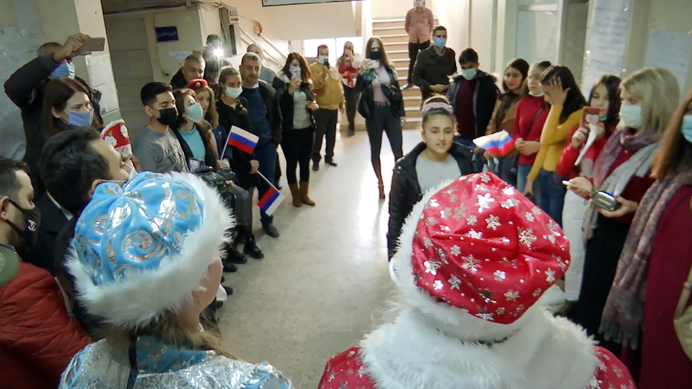 Российские военные поздравили сирийских школьников с Новым годом