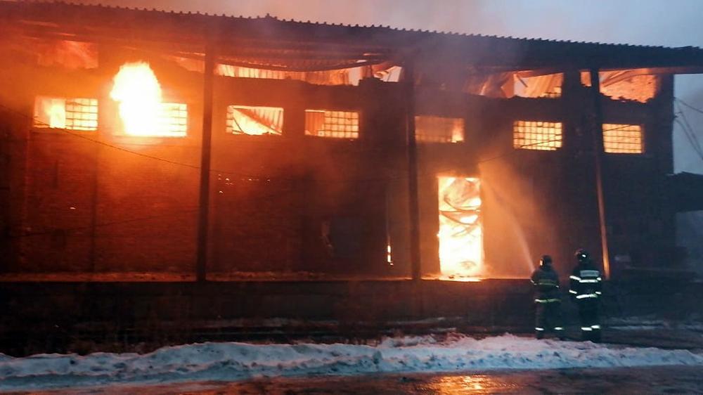 Пожарные на месте возгорания склада