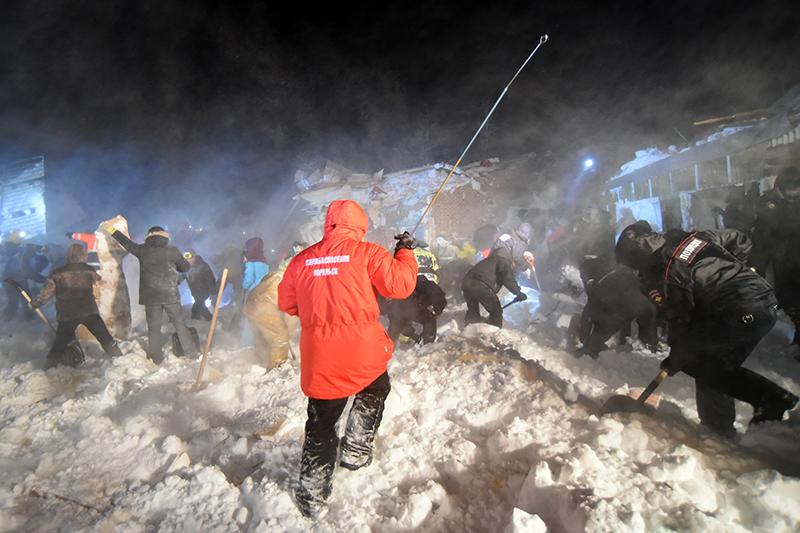 Последствия схода лавины на турбазе под Норильском