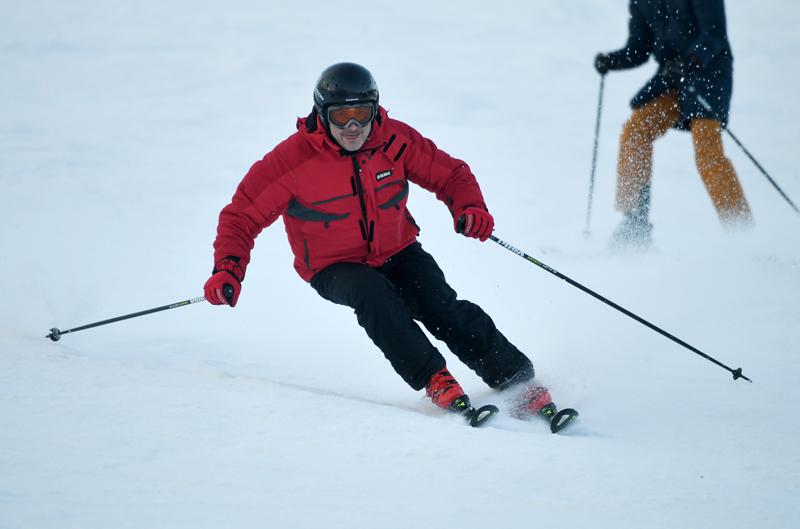 Мужчина катается на горных лыжах