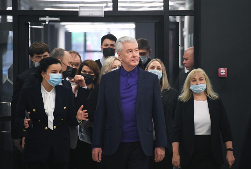 Мэр Москвы Сергей Собянин во время осмотра хода строительства школы