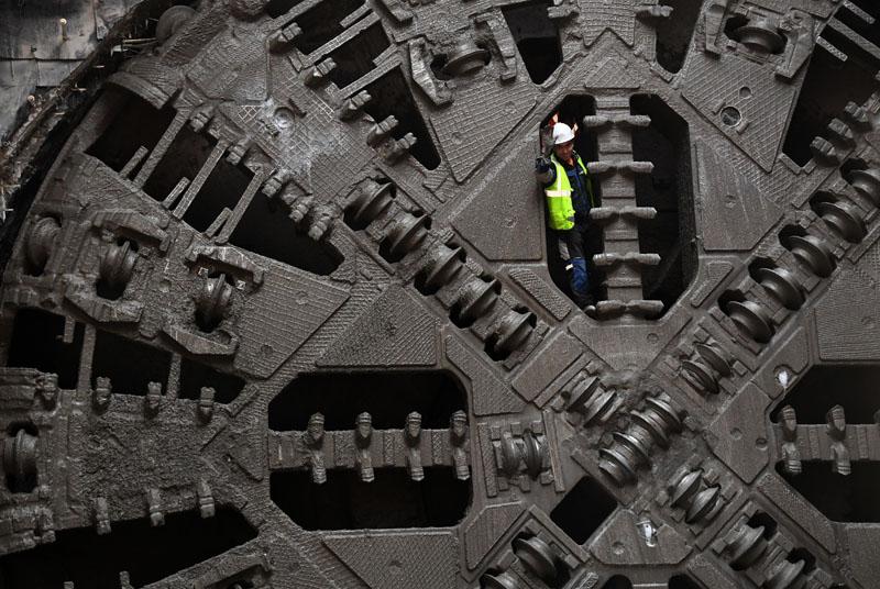 Рабочий на тоннелепроходческом щите во время строительства новой станции