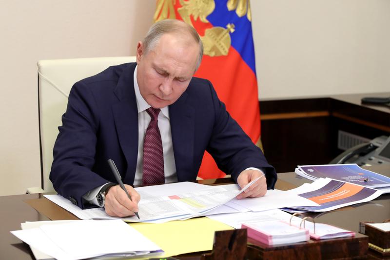 Владимир Путин во время совещания с членами правительства