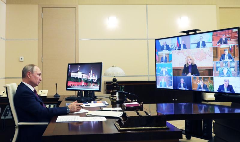 Владимир Путин проводит в режиме видеоконференции совещание с членами правительства