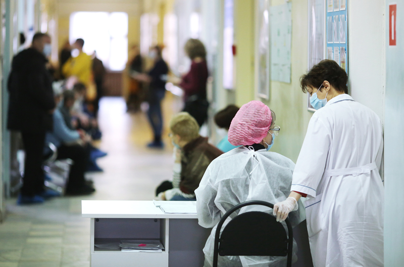 Врачи и пациенты перед началом вакцинации от коронавируса
