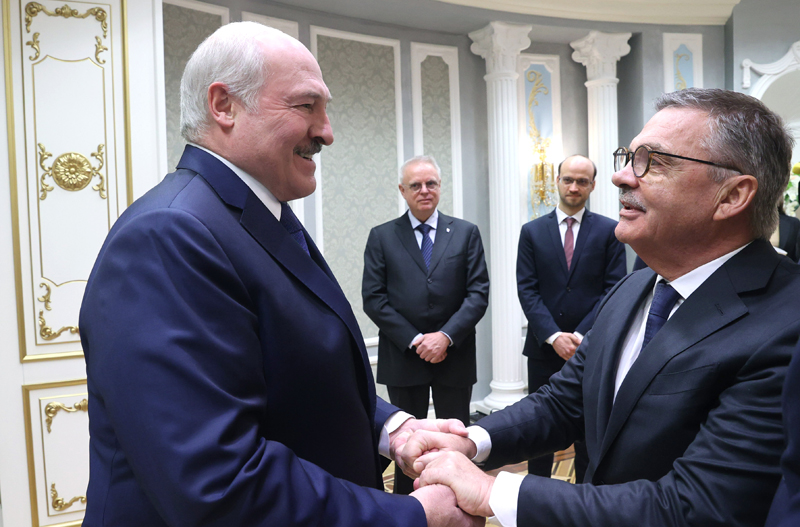 Александр Лукашенко и президент Международной федерации хоккея на льду Рене Фазель