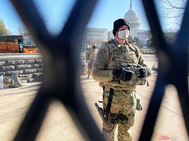 Военнослужащий у здания Капитолия в Вашингтоне