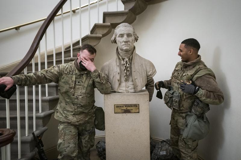 Военнослужащие в здании Капитолия в Вашингтоне