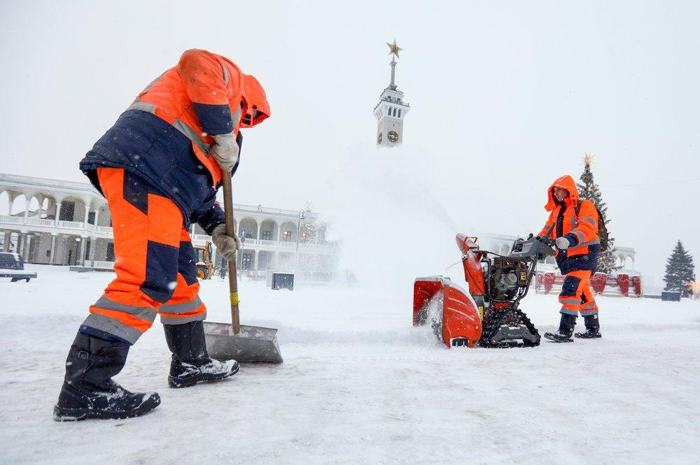Устранение последствий ночного снегопада коммунальными службами в столице