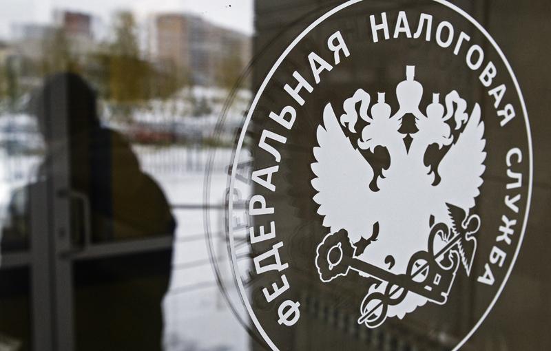 Герб на двери инспекции Федеральной налоговой службы
